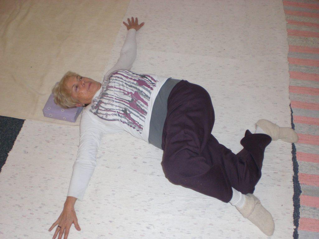 vivir-bien-no-30b-estiramiento-transverso-de-pelvis-y-dorsal-ancho-en-el-suelo