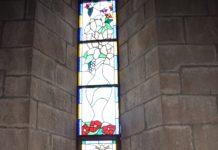 José manuel Buetas ante su vidriera instalada en la basílica de La Peña (Foto: Angel Gayúbar)