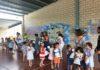 Escolares grausinos recibiendo el papelón (Foto: Angel Gayúbar)