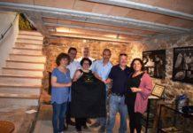 Longaniceros y autoridades locales y comarcales en la presentación del nuevo tastador (Foto: Angel Gayúbar)
