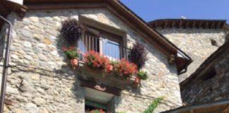 Edificio de Cerler ornamentado con flores y plantas (Foto: Swervicio especial)