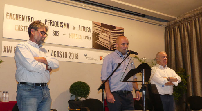 El alcalde de Castejón de Sos, José Manuel Abad, inaugura la edición anterior del Encuentro de Periodismo de Altura junto con el presidente de la DPH, Miguel Gracia, y el periodista Enrique Serbeto (Foto: Servicio especial)
