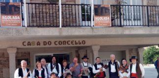Los Gaiteros de Graus y sus anfitriones ante la casa consistorial de Agolada (Foto: Guillermo Larruy)