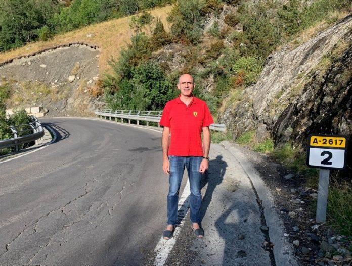 Manuel Mora ante la curva de los puentes de la carretera de Cerler (Foto: Servicio especial)