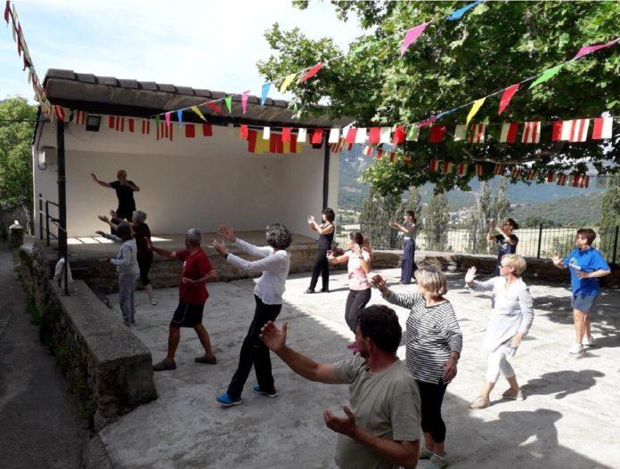Participantes en el Taller de Taichí celebrado en estas Jornadas (Foto: Asociación Cultural Valle de Lierp)