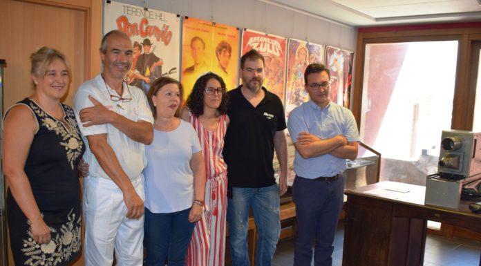 Los premiados, flanqueados por los organizadores en la entrega de los premios (Foto: Angel Gayúbar)