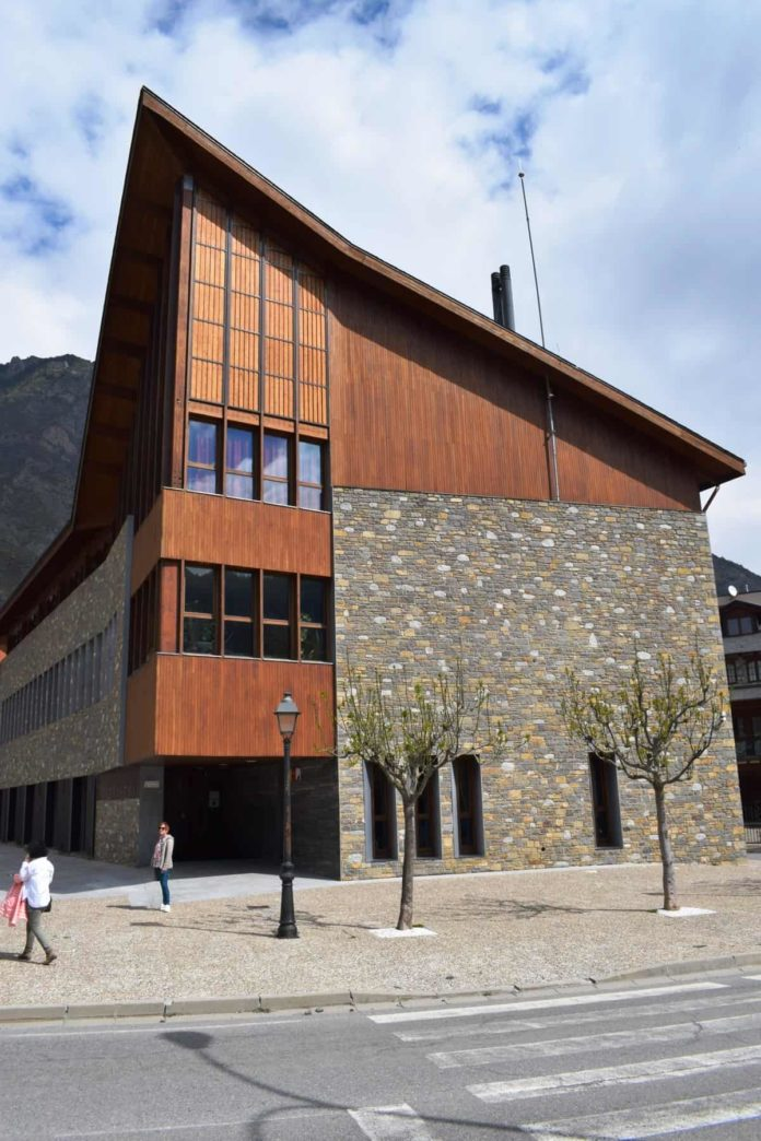 Edificio del benasqués Centro de Ciencias (Foto: Angel Gayúbar)