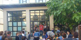 Escolares a las puertas del colegio Joaquín Costa de Graus (Foto: Angel Gayúbar)