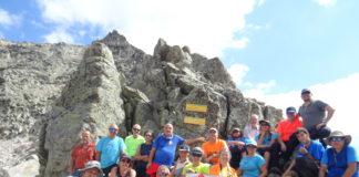Los participantes en la excursión ante uno de los imponentes picos recorridos (Foto: CER)