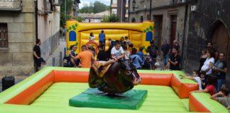 Juegos infantiles en el exterior de la Peña La Bullanga (Foto: Angel Gayúbar)