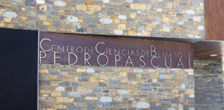 Placa del Centro de Ciencias en su edificio de Benasque (Foto: Angel Gayúbar)