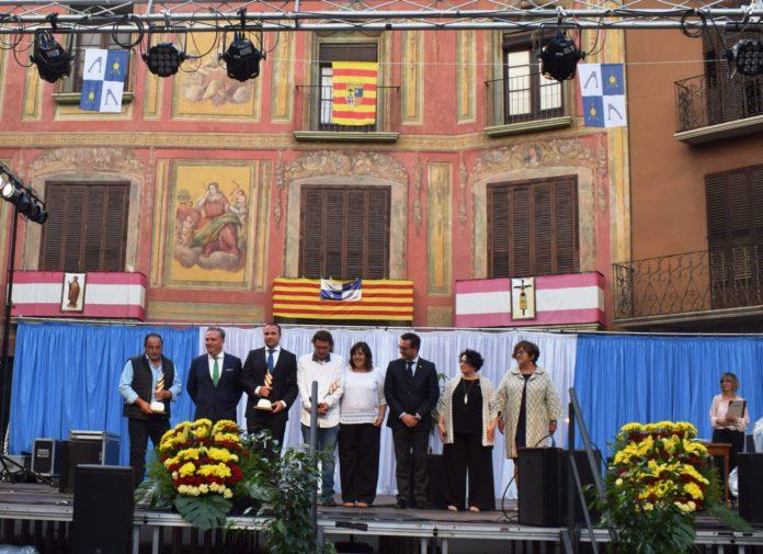 Los galardonados con el Calibo 2019 recibiendo el aplauso del público (Foto: Angel Gayúbar)