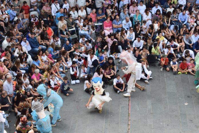 Los cabezudos y caballez tienen un especial protagonismo en muchos de los actos de la fiestas (Foto: Angel Gayúbar)