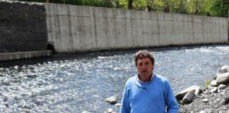 El alcalde de Benasque ante el actual colector de aguas (Foto: Angel Gayúbar)