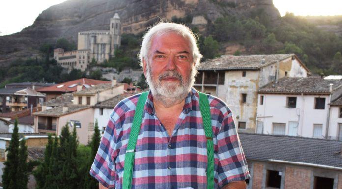 Francisco Martí en la terraza de su casa de Graus (Fotografía: Angel Gayúbar)