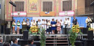 Los galardonados posan con sus premios en el escenario de la Plaza Mayor grausina (Foto: Angel Gayúbar)