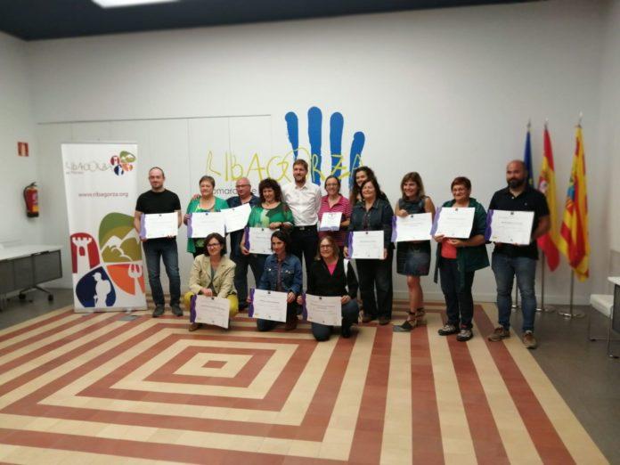 Representaes de varias de las empresas y establecimientos reconocidos posan con sus diplomas acreditativos (Foto: Angel Gayúbar)