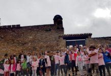 Caminantes que desafiaron la lluvia a las puertas del castillo benabarrense (Foto: Yolanda Castelló)