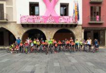 Sergio Samitier, centro, con un grupo de integrantes del Club Ciclista Graus (Foto: Angel Gayúbar)