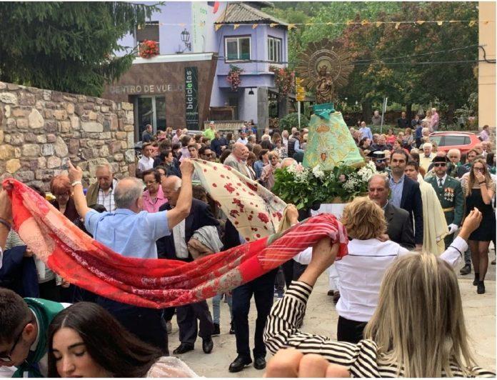 Baile del pañuelo el pasado sábado ante la Virgen del Pilar (Foto: Servicio especial)