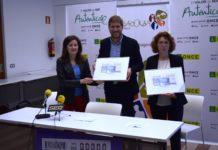 La delegada de la ONCE entrega al presidente de Ribagorza y a la concejal de Cultura de Graus un boleto enmarcado con la imagen grausina (Foto: Angel Gayúbar)