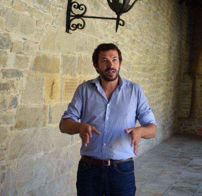 Vincent Debiais en el claustro de la catedral de Roda (Foto: Angel Gayúbar)