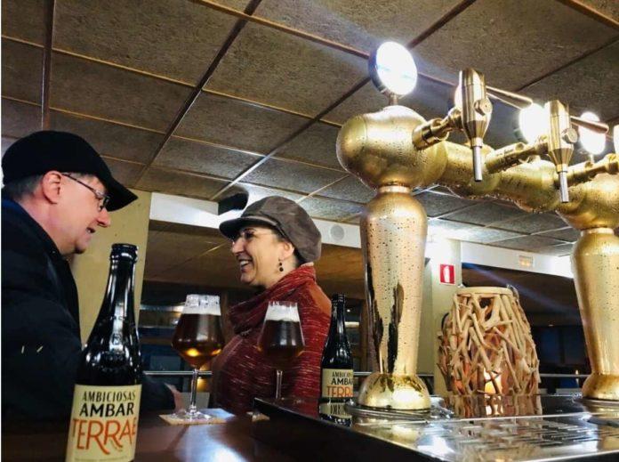 Dos de los asistentes conversan mientras degustan la última propuestade la cervecera Ámbar (Foto: Servicio especial)