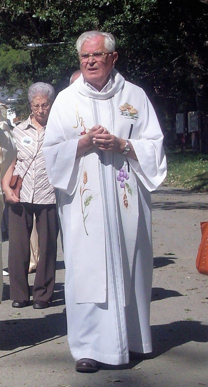 Mosen Ernesto Durán en una de sus actividades sacerdotales (Foto: Angel Gayúbar)