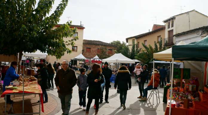 Aspecto que presentaba este sábado la plaza de la Cruz en La Puebla de Castro (Foto: Pedro Bardají)