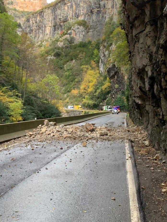 Las rocas caídas sobre la vía impidiendo la circulación en el congosto (Foto: Angel Gayúbar)