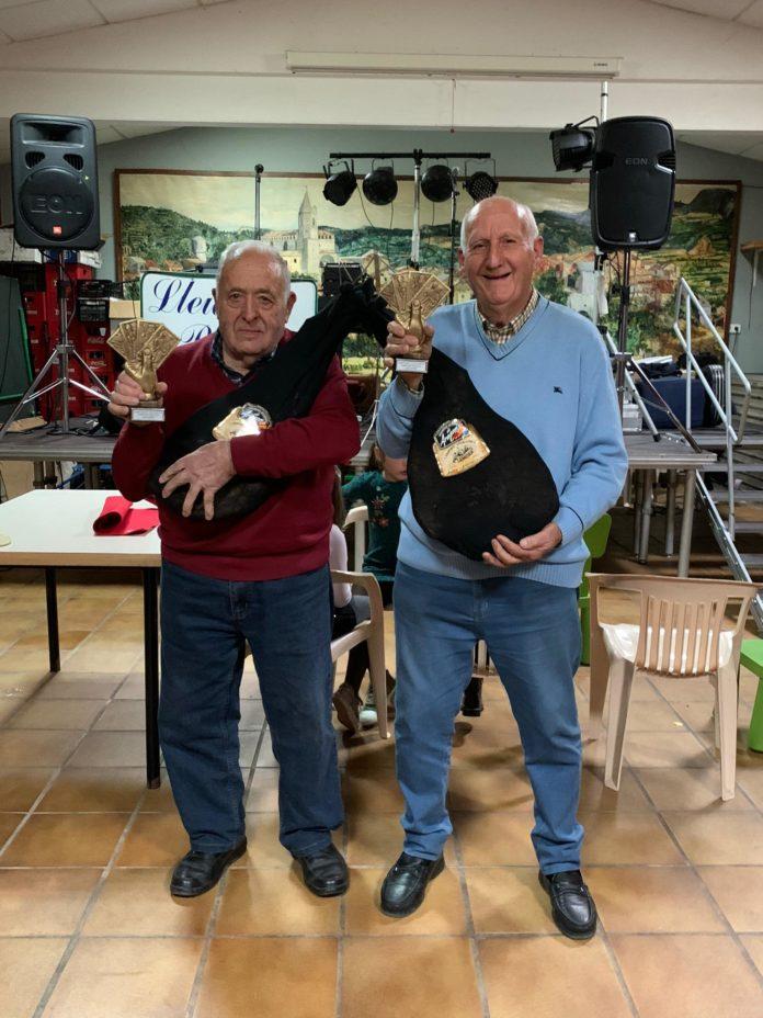 Los primos Ardanuy con el trofeo y los jamones acreditativos de su victoria (Foto: Silvia Ardanuy)