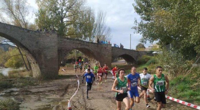 Los atletas de la categoría absoluta pasando junto al monumental puente de Capella (Foto: SCD Ribagorza)