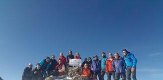 Los expedicionarios del CER junto al Belén instalado en el Turbón (Foto: CER)