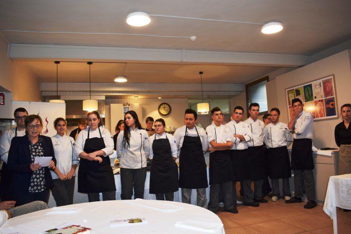 La directora de la Escuela, María Angeles Grasa, con algunos alumnos y profesores tras una de las propuestas abiertas al público (Foto: Angel Gayúbar)