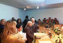 Primeros visitantes delo montaje de esta temporada del belén artesano de Graus (Foto: Angel Gayúbar)