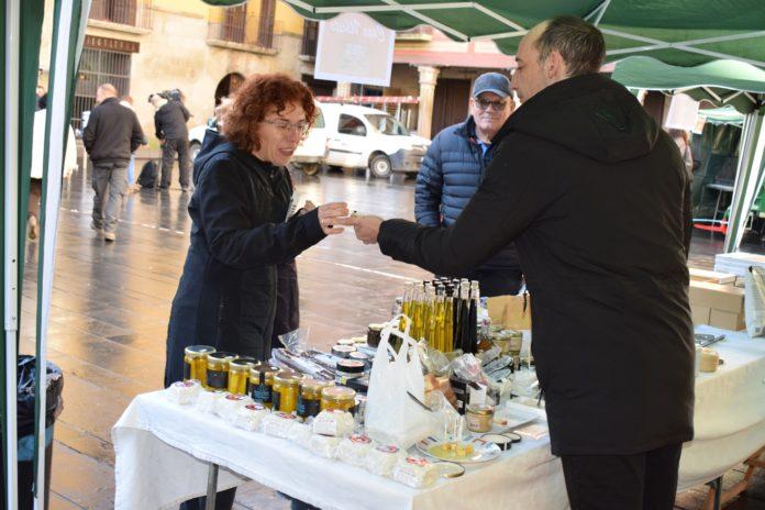 La concejal grausina Lourdes Pena degusta un producto trufado durante la celebración d ela Feria de la Trufa (Foto: Angel Gayúbar)