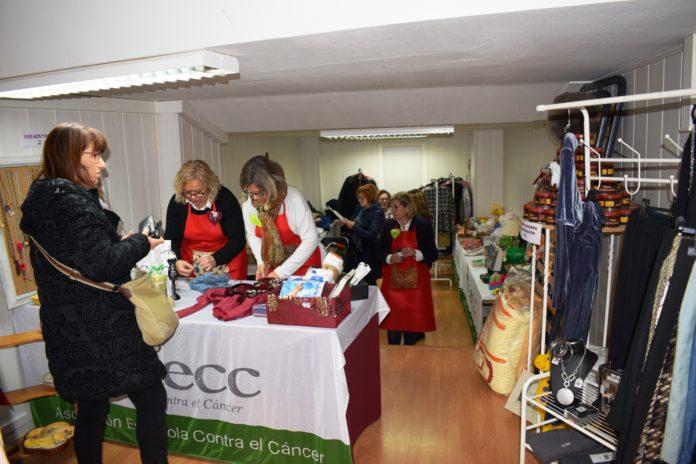 Una imagen del mercadillo de la AECC en Graus (Foto: Angel Gayúbar)