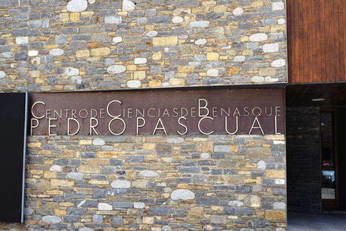 Placa del Centro de Ciencias en su sede benasquesa (Foto: Angel Gayúbar)