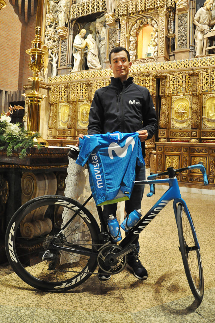 Sergio Samitier ofrece el maillot de su nuevo equipo en Torreciudad (Foto: J.A. Arregui)