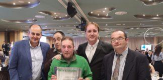 Los representantes de El Remós con la placa de recocimiento recibida en la Gala Altoaragoneses del Año (Foto: Servicio especial)