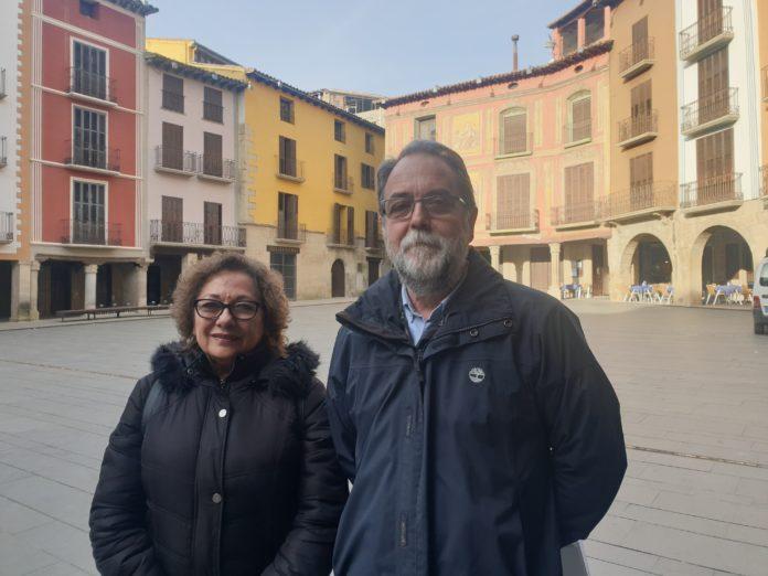 La presidenta de la AECC en Graus, María José Melgarejo, con el doctor Ramón y Caja (Foto: Angel Gayúbarl)