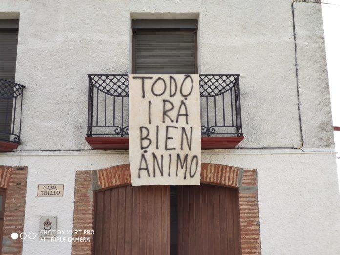 Pancarta solidaria en Torres del Obispo (Foto: Angel Gayúbar)