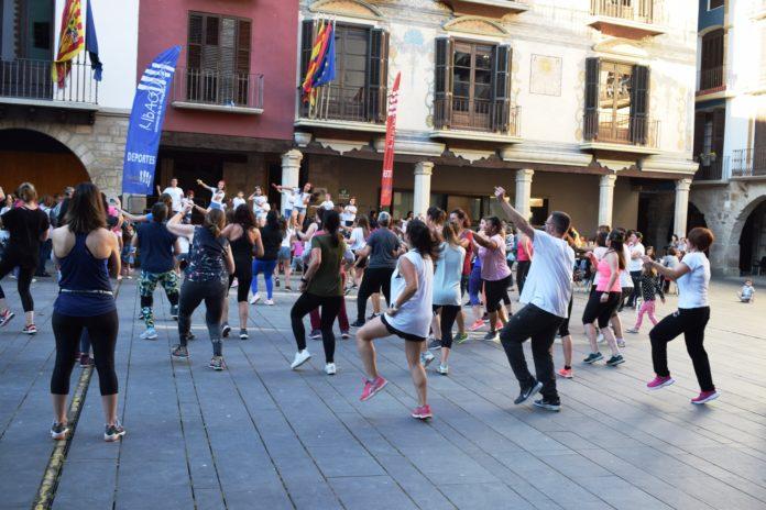 Practicando zumba en la Plaza Mayor de Graus (Foto: Angel Gayúbar)