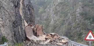 Las grandes rocas caídas impiden la circulación por la A-1605 entre Bonansa y Montanuy (Foto: Servicio especial)