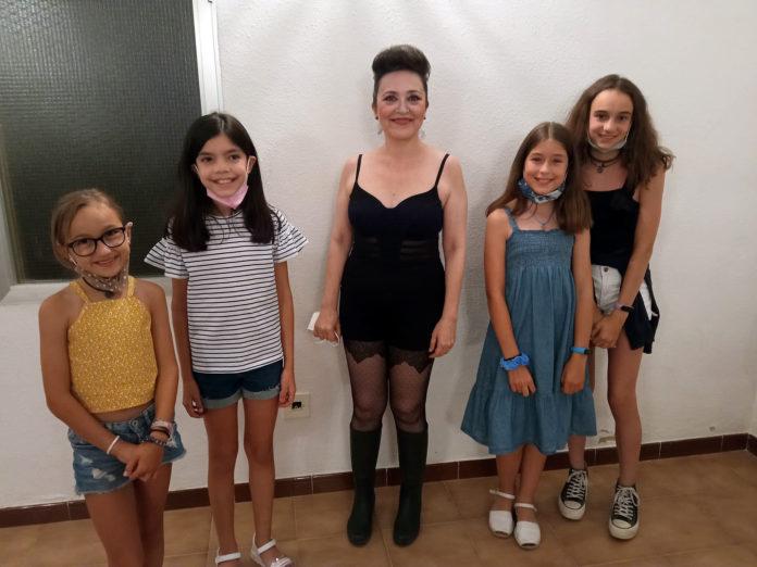 Cristina Yáñez con las futuras promesas del Teatro de Robres